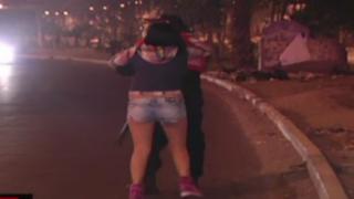 Chofer ebrio y colombiana protagonizan escándalo tras accidente vehicular