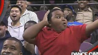 VIDEO: niño alienta a equipo de la NBA con fantástico baile y otro hincha lo imita