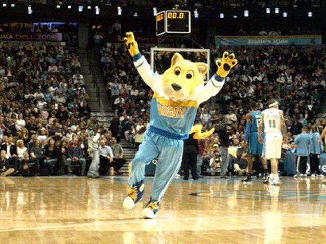 VIDEO: mascota de los Nuggets de Denver casi muere en pleno show