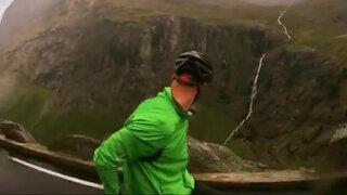 VIDEO: osado ciclista desciende de espaldas por peligrosa pendiente de montaña