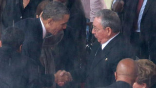 VIDEO: saludo histórico entre Obama y Castro durante funeral de Mandela