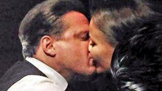 VIDEO: Luis Miguel besa a novia polaca durante concierto de México