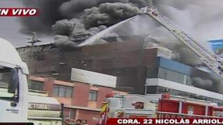 Incendio de gran magnitud en fábrica de llantas en La Victoria