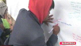 Niños de la aldea Qunu escriben mensajes en mural gigante para 'Madiba'
