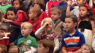 Conmovedor video: Niña canta en lenguaje de señas para sus padres sordos