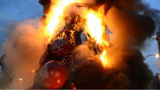 México: queman árbol de Navidad en violenta protesta en centro de la ciudad
