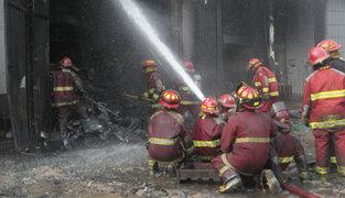 La Victoria: fuego se reavivó en almacén de llantas esta mañana