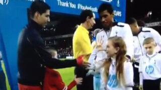 Inglaterra: Luis Suárez recibe burla de una niña en partido de la Premier League