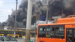 Reportan incendio en fábrica de zapatos, a una cuadra de la Estación Naranjal