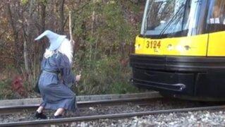 VIDEO: 'Gandalf' detiene tren con hilarante escena de 'El Señor de los Anillos'