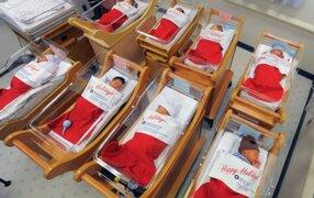 EEU: entregan a bebés recién nacidos en botas gigantes de Papá Noel