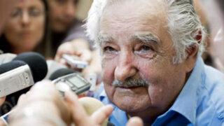José Mujica se ofusca con periodista que quiso entrevistarlo y le da un manotazo