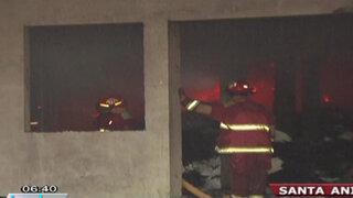 Incendio consumió depósito ilegal de reciclaje en Santa Anita