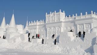 China: Miles de turistas disfrutan del festival de esculturas de nieve y hielo