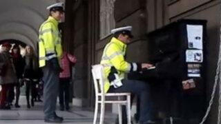 Conmovedor vídeo de un policía tocando el piano es un éxito en Internet