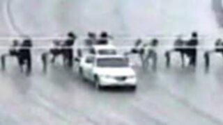 VIDEO: auto provoca escalofriante accidente en carrera de caballos