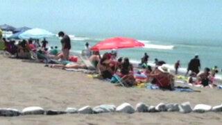 Trujillo: bañistas residentes de Huanchaco cercan parte de balneario