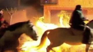 Jinetes atraviesan llamas a caballo en celebración española