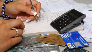 Consejos económicos: sepa cómo eliminar deudas de las tarjetas de crédito