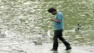 VIDEO: mago sorprende a transeúntes caminando sobre el agua en EEUU