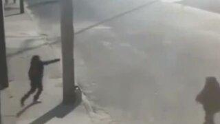 VIDEO: se salvó de una muerte inminente gracias a un poste de luz