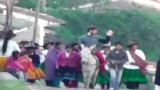 Como Jesús: párroco italiano entra en ciudad de Carhuaz montando un burro