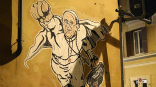 Vaticano: Papa Francisco es retratado como Superman en los muros de Roma