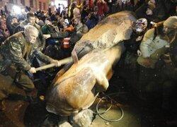 Manifestantes ucranianos derribaron otra estatua de Lenin en Kiev