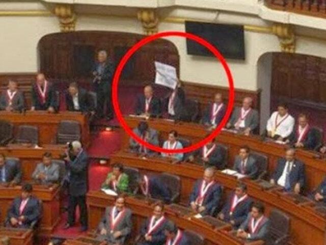 Congresista Rimarachín mostró pancarta en exposición del presidente Humala