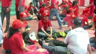 Niños y niñas se ponen el uniforme rojo para iniciar taller de 'mini bomberos'