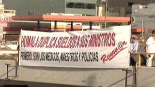 Aparecen carteles en la Vía Expresa en contra de sueldos de ministros