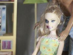 FOTOS: ¿Barbie también es víctima de violencia doméstica?