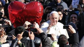 Noticias de las 7: Papa Francisco bendijo a 20 mil parejas por San Valentín