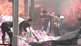 Incendio destruyó una fábrica de colchones en San Juan de Lurigancho
