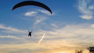 Enemigos Públicos: Ojany desafió a la altura y voló en parapente