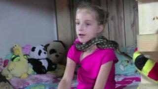 EEUU: esta osada niña vive, come y juega con más de 30 serpientes