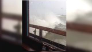 VIDEO: gigantesca ola se estrella contra restaurante en EEUU