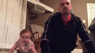 Video de un padre y su bebé ejercitándose causa furor en redes sociales