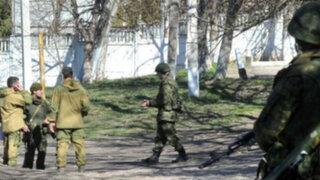 Noticias de las 7: soldados rusos y ucranianos frente a frente en Crimea