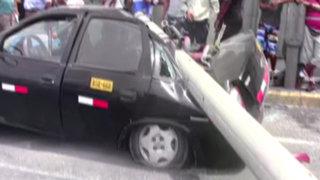 Cercado de Lima: poste cae sobre taxi luego de ser impactado por lujoso vehículo