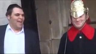 VIDEO: excéntrico turista logró hacer sonreír a guardia de la Reina de Inglaterra