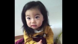 VIDEO: Inocente niña no entiende por qué no debe recibir dulces de extraños