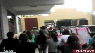 Chiclayo: Padres de familia atacaron a directora de colegio por cobros indebidos