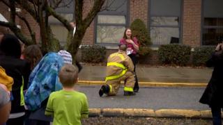 Bombero sorprende a novia y le pide matrimonio durante simulacro de incendio