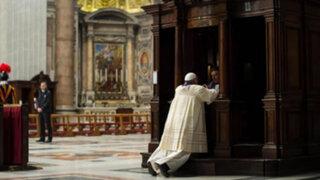 Noticias de las 7: Papa Francisco se confesó de rodillas y en público en el Vaticano