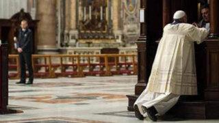 El Papa Francisco se confesó de rodillas en la Basílica de San Pedro del Vaticano