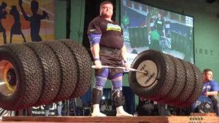 El hombre más fuerte del mundo levanta 524 kilos en llantas de camión