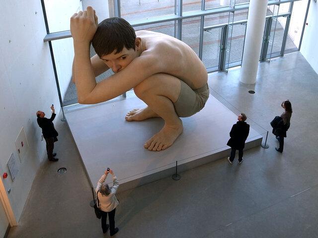 ¿Personas gigantes? Esculturas asombran a visitantes por su realismo