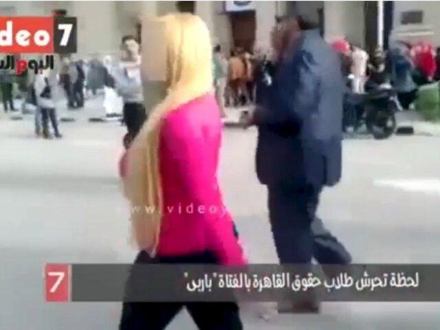 VIDEO: ¿Qué pasa cuando una sexy rubia recorre una universidad egipcia?