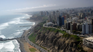 Continúa alerta de tsunami en las costas peruana, según Indeci